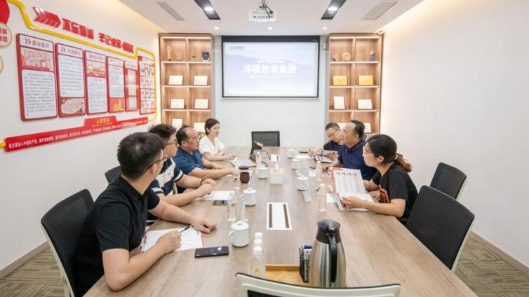 热烈欢迎上海商学院工商管理学院院长王胜桥教授一行莅临泽稷教育指导工作
